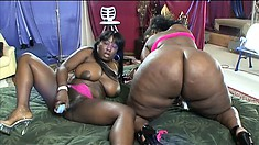 Chubby ebony lesbian comes while getting her juicy twat worked